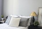 מיטה זוגית עם כריות נוי