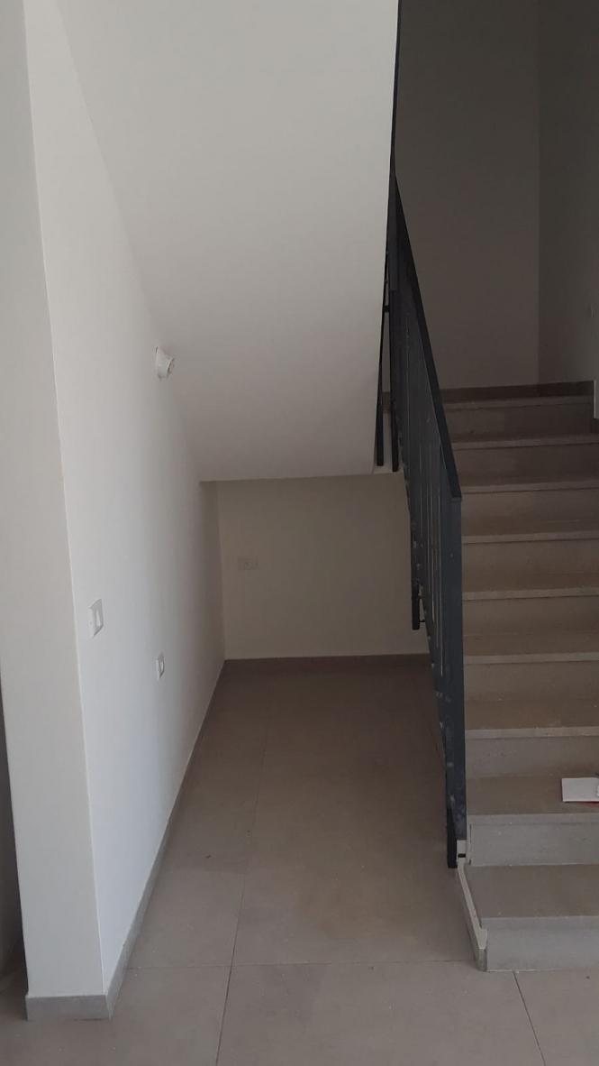 כיום-רוצים-להוריד-את-המעקה-ולבנות-במקומו-קיר-גבס-שמחובר-לגרמי-המדרגות-כדי-שמתחת-למדרגות-יהיה-נגיש.jpeg