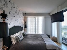 צילום של חדר שינה מעוצב לאחר שיפוץ ייסודי