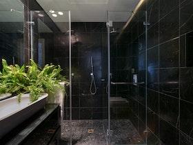 מקלחת לאחר שיפוץ עם קרמיקה שחורה