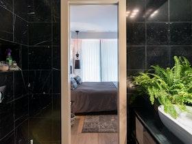 מקלחת עם קרמיקה שחורה ואסלה צפה