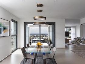 צילום של סלון בדירה חדשה עם ריהוט