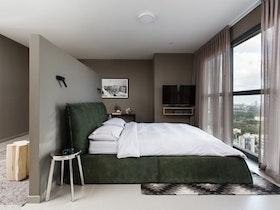 צילום של חדר שינה עם מיטה ירוקה