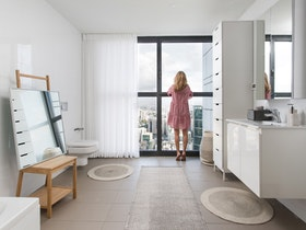 צילום של מקלחת עם אישה בשמלה ורודה