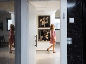 צילום של כניסה לדירה משופצת ומעוצבת