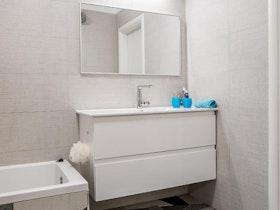 מקלחת משופצת לבן אפור
