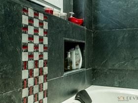 מקלחת עם קרמיקה שחורה