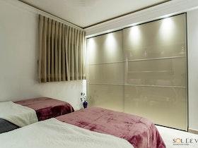 חדר שינה עם ארונות הזזה נסתרים