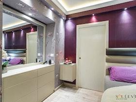 חדר שינה עם קיר סגול