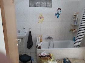 אמבטיה לא משופצת עם בלאגן