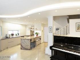 פסנתר בסלון עם שיש במטבח