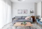 שולחן סלון עם שטיח ושולחן