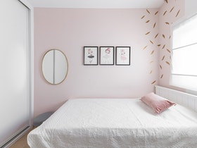 מיטה בחדר שינה מעוצב לאחר שיפוץ