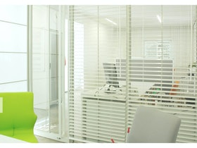 צילום של משרד לבן עם תריסים