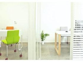 משרד לבן עם עמדות