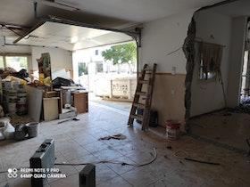 שבירת קיר בחנייה של הבית