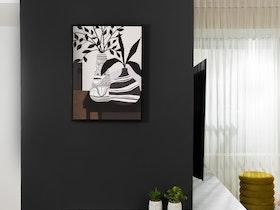 קיר שחור עם תמונה ומזנון פינתי אפור