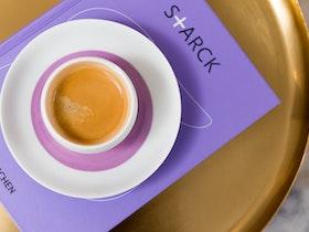 צילום צלחת עם כוס קפה