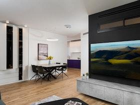 סלון עם פרקט וטלוויזיה גדולה על הקיר
