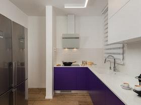 מטבח עם ארוניות בצבע סגול