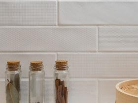 3 בקבוקונים של תבילינים על השיש במטבח
