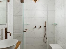 מקלחון שקוף עם קרמיקה לבנה