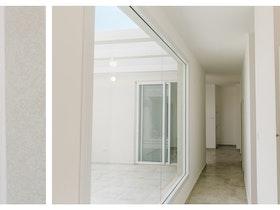 מסדרון בית לבן, עם קיר זכוכית