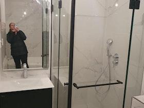 מקלחון שקוף במקלחת חדשה