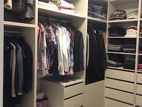 חדר ארונות מלא בבגדים
