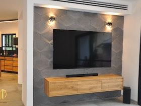 מזנון צף עם טלויזיה תלוייה על הקיר