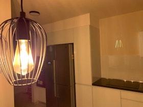 מטבח משופץ חדש לחלוטין עם גוף תאורה תלוי מהתקרה