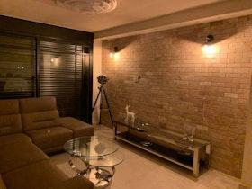 קיר לבנים בסלון מעוצב