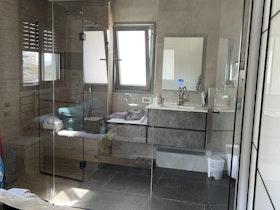 אמבטיית מקלחון מעוצב שקוף