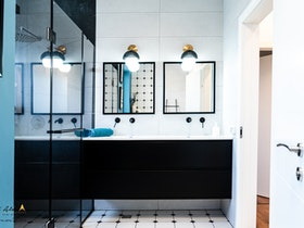 חדר מקלחת עם ארונות מראה גדולים, בעיצוב יוקרתי