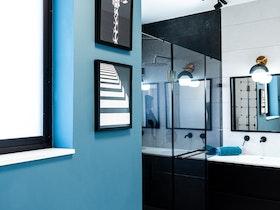 מקלחת כחולה עם ארון מראשון רחב