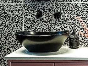 כיור שחור באמבטיה משופצת