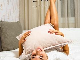 פרסומת לחדר שינה בו נערה עם הכיתוב I Love my room