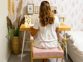 פינת עבודה לילדה בחדר שינה שלה