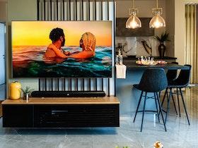 כוננית טלוויזיה תלויה עם זווית למטבח