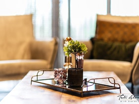 עציץ סיני על שולחן עץ