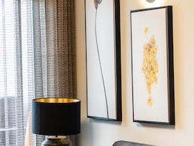 ספה חומה עם שתי כריות, אחת צהובה השנייה כרית אפרסק