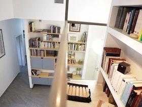 צילום מלמעלה של ספריית ספרים