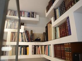 ספריית ספרים מקיר גבס