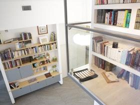 ספרים בתוך קיר גבס