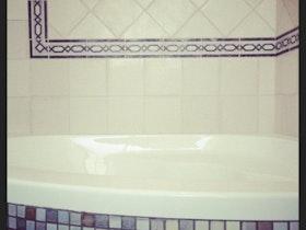 אמבטיה, חיפוי קיר דקורטיבי.