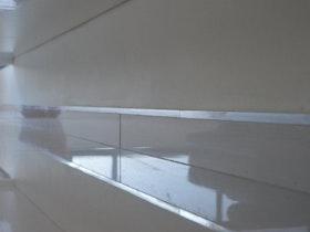 פנל קו 0 עם הקיר ופס ניקל דקורטיבי.