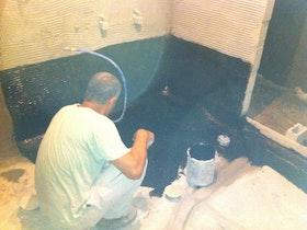 איטום מסביב לאמבטיה כולה בזפת קר.