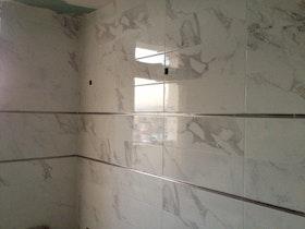 חדר אמבטיה, חיפוי קיר עם פס דקורטיבי.