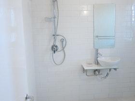 שיפוץ חדר אמבטיה - התקנת כיור ומקלחון