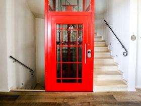תא טלפון שיובא מלונדון המשמש כמעלית